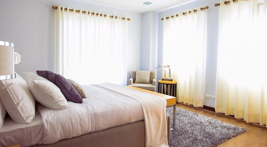 drewniany karnisz w sypialni