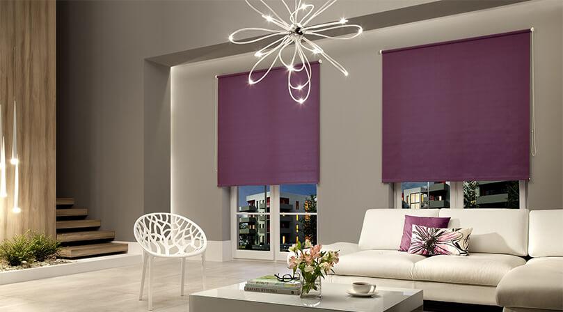 rolety okienne wolnowiszące w salonie